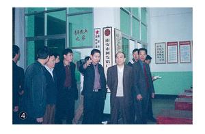 原福建省委副书记黄瑞霖视察公司,他十分关心闽发公司的职工生活