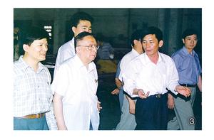 原全国人大常委会副委员长吴阶平光临视察、关心我公司生产销售情况